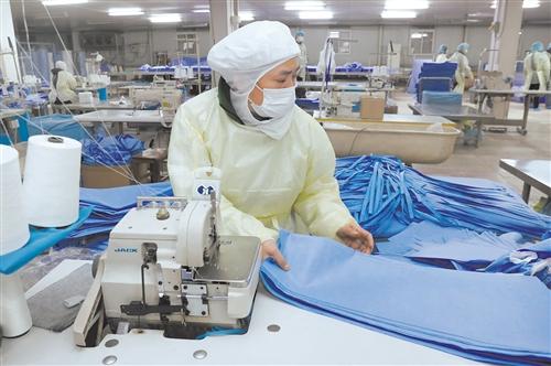 现场直击:口罩厂家开足马力生产 全力保障供应