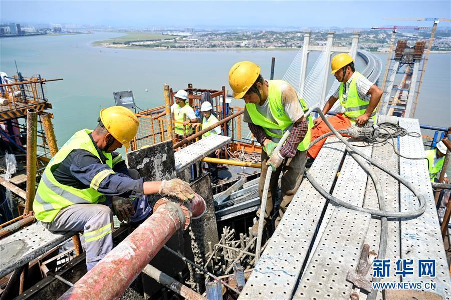 新建福厦铁路泉州湾跨海大桥南岸主塔封顶