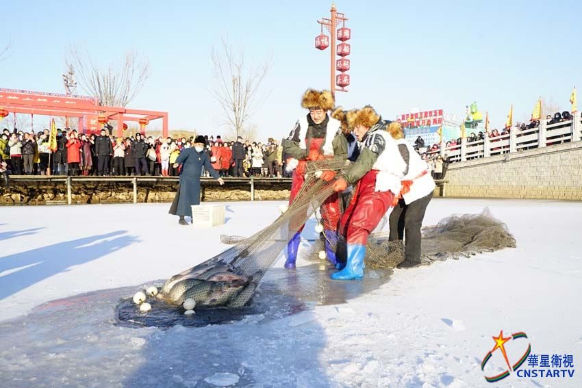 直击多地冬捕现场:破冰撒网去 肥美大鱼来