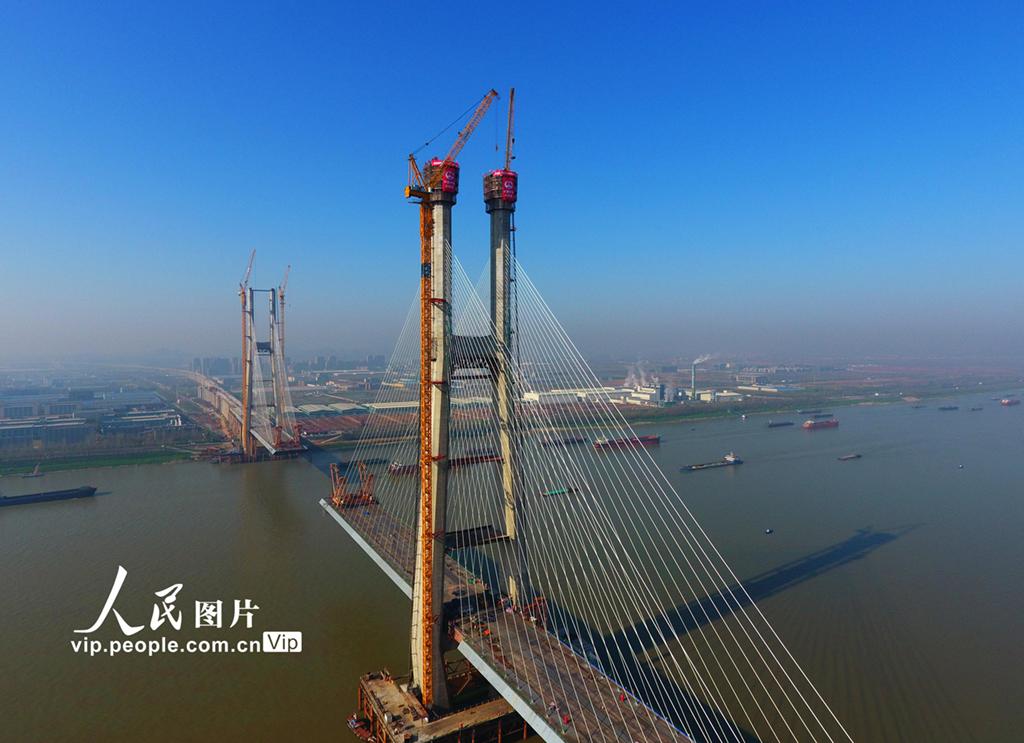安九铁路鳊鱼洲长江大桥主桥北主塔封顶